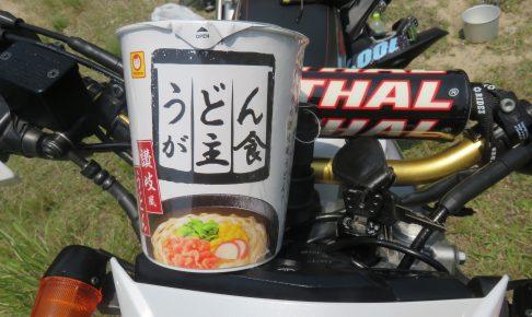 カップラーメンとバイク