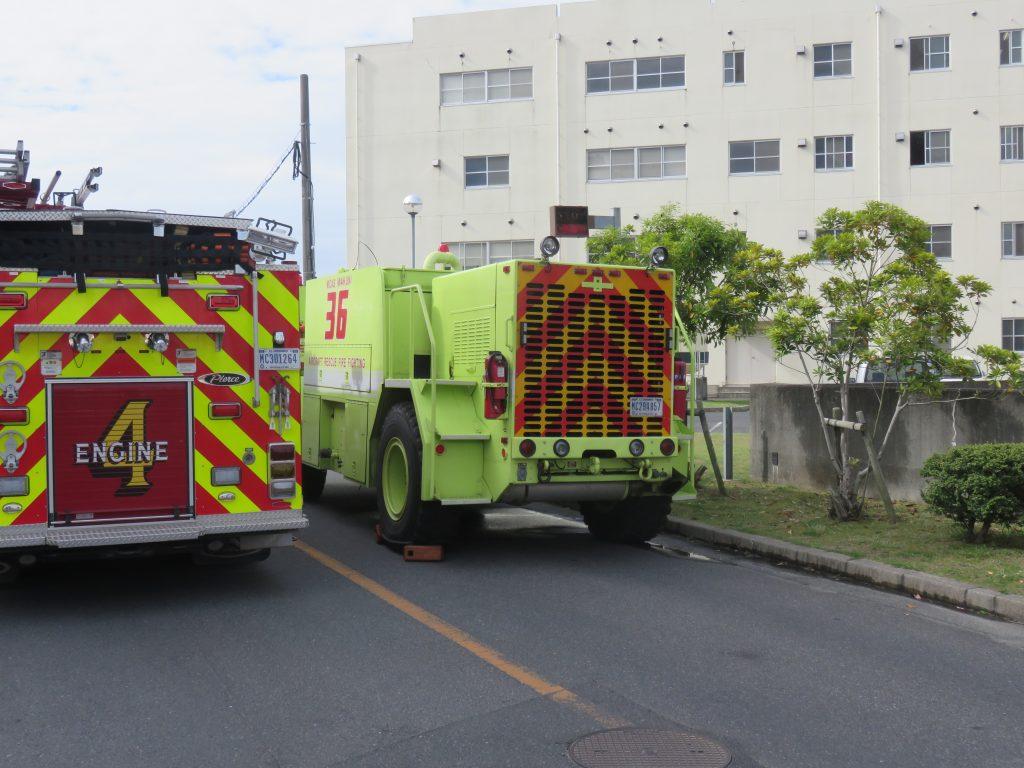 消防自動車の隣にある車