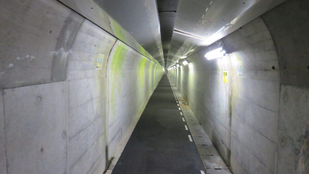 長いトンネル通路