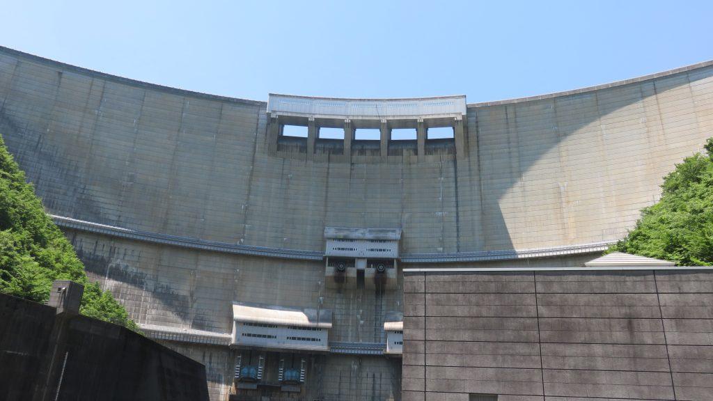 ダムを下から見た
