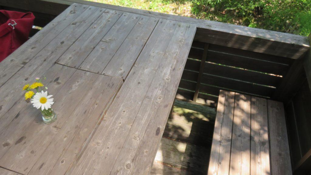 テラス席のイスとテーブル