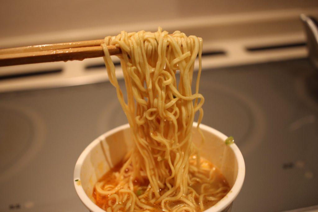 カップラーメンと箸と麺