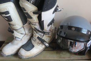 オフロードブーツとヘルメット
