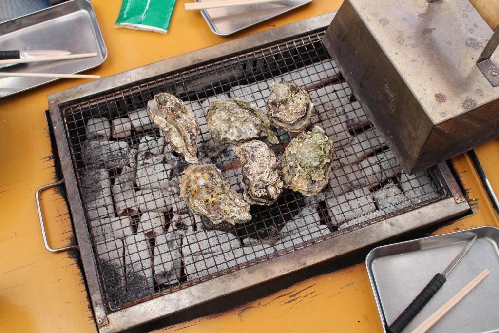 焼き台の上に牡蠣