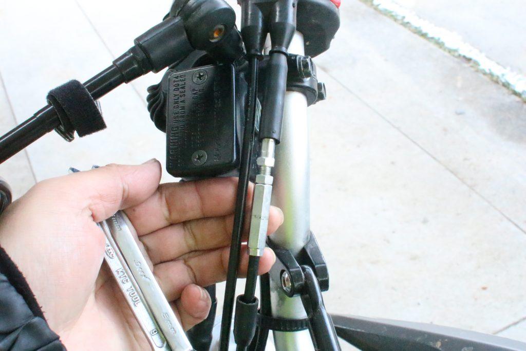 バイクと手と工具
