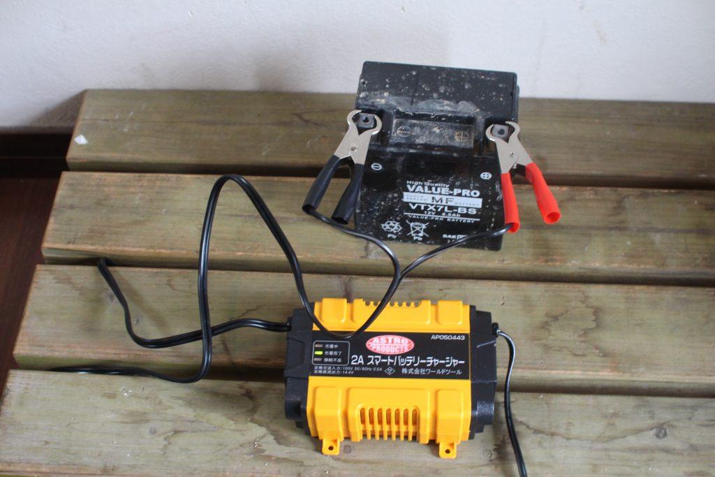 バッテリーチャージャーとバッテリー