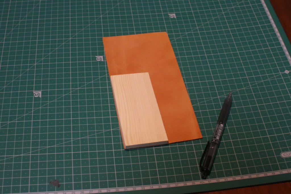 かまぼこ板と革とボールペン