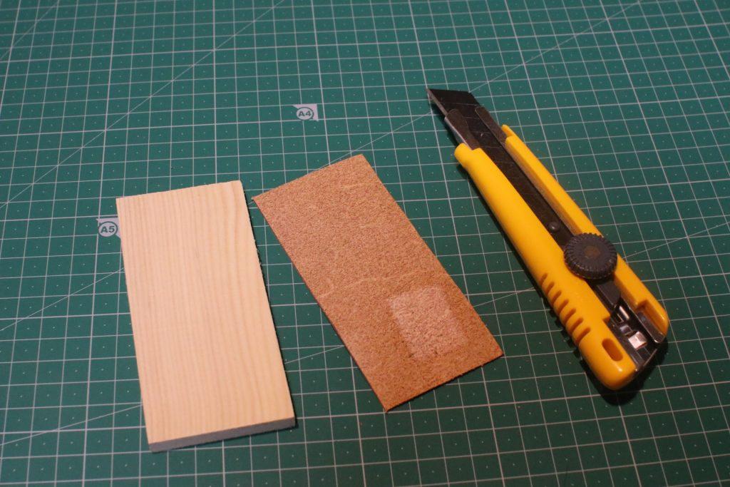 かまぼこ板と革とカッターナイフ