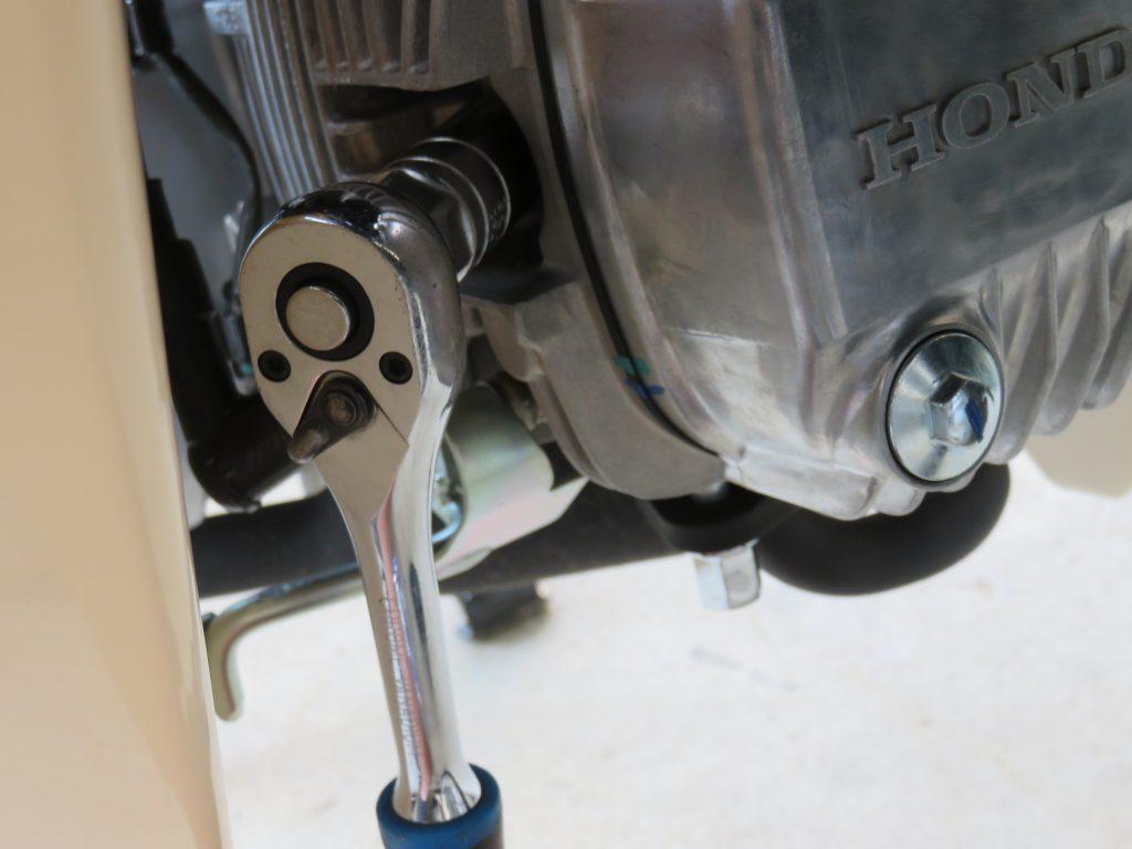 工具とスーパーカブ110のエンジン