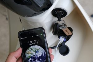 スーパーカブ110とUSB電源とiPhone