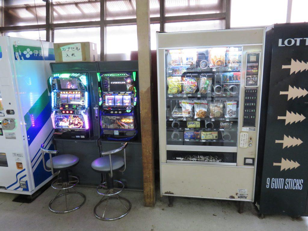自販機とスロット台