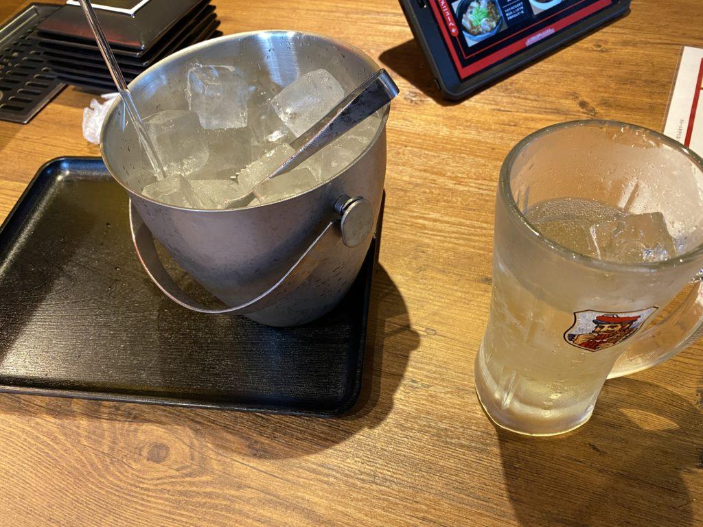 無敵ギューザの飲み放題の氷とジョッキ